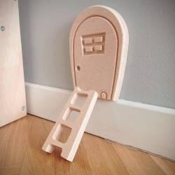 Puerta Ratoncito Pérez con escalera por la cual entrará en nuestro cuarto para recoger los dientes que se nos han caído.