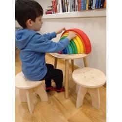 Taburete Trykell de filosofía montessori para que los peques puedan sentarse a la mesa y disfrutar de las manualidades